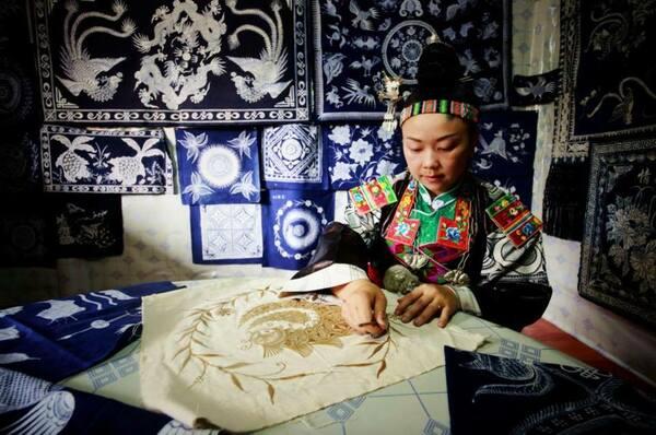 Femme Miao fabriquant des batiks