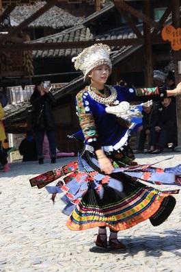 Jeune fille Miao de Langde en train de danser