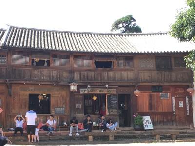 Café sur la place carrée de Shaxi
