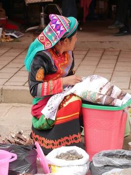 Femme Bai au marché de Shaxi